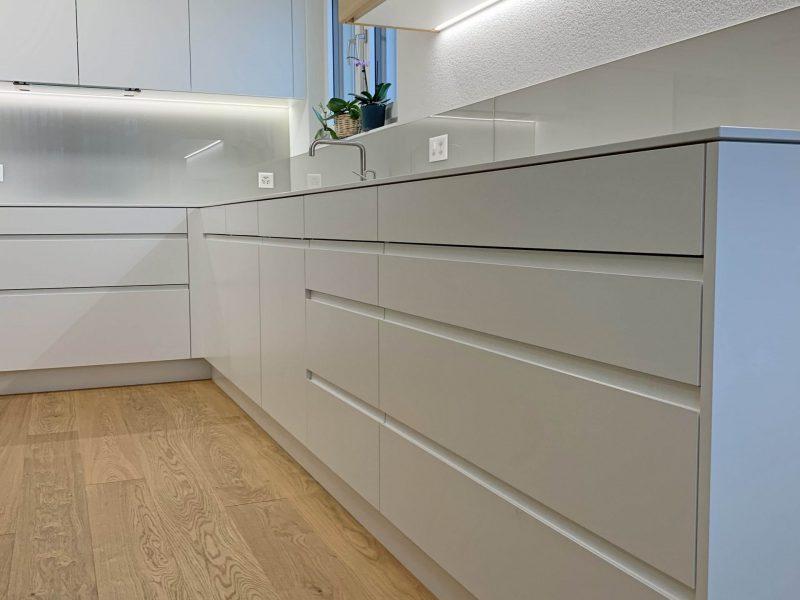 Eine Küche von Späni AG Schreinerei und Innenausbau, installiert in Seewen