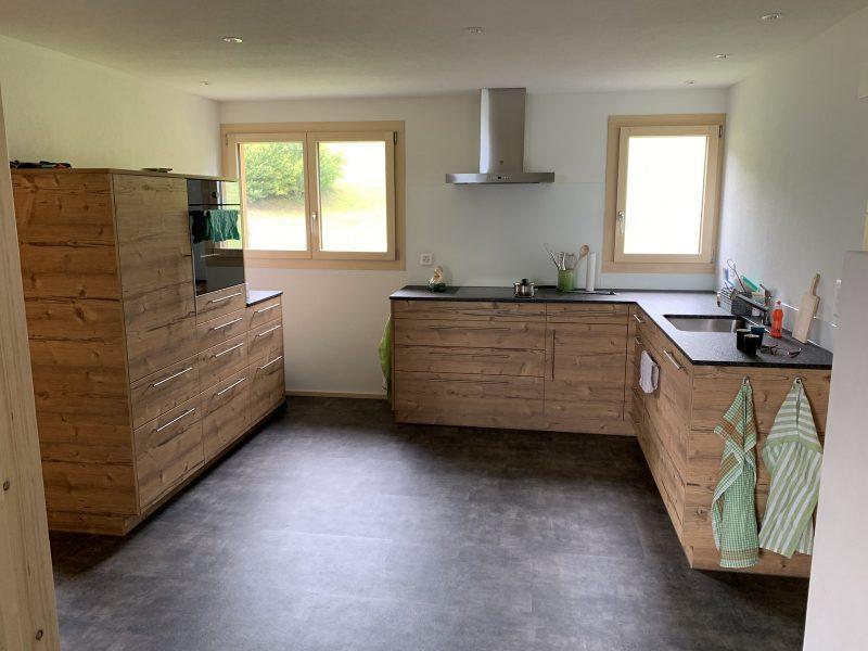 Eine Küche von Späni AG Schreinerei und Innenausbau, installiert in Sattel