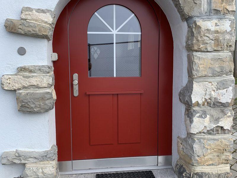 Eine Bogentür für den Eingang von Späni AG Schreinerei und Innenausbau