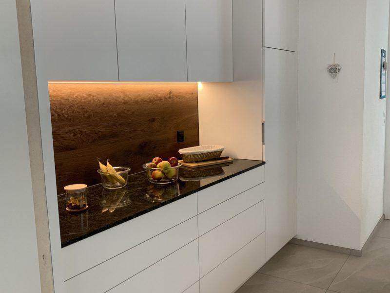 Eine Küche von Späni AG Schreinerei und Innenausbau, installiert in Schwyz
