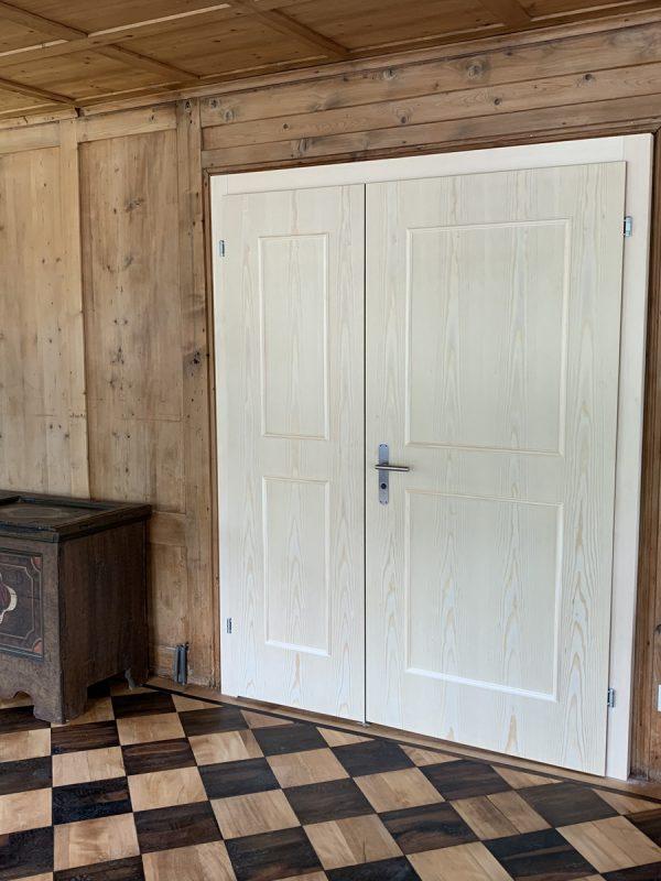 Zweiflügelige und furnierte Brandschutztüre aus Tannenholz von Späni AG Schreinerei und Innenausbau