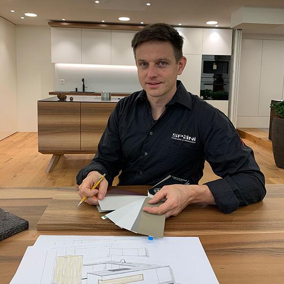 Mitarbeiter Stefan Späni, Teil des Teams im Unternehmen Späni AG Schreinerei und Innenausbau