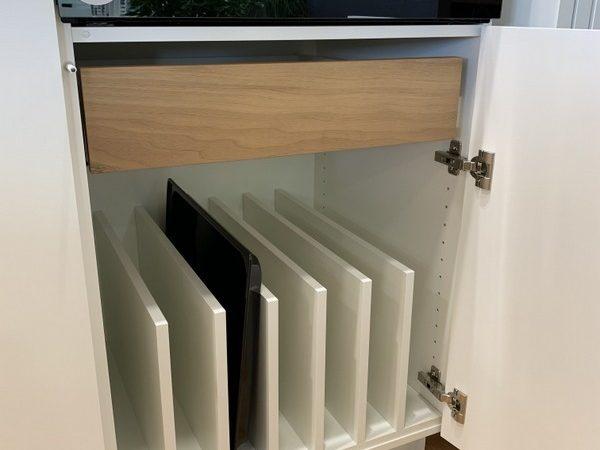 eine Küche von Späni AG Schreinerei und Innenausbau Schwyz, ausgerüstet mit Backblechunterteilung und Innenschubladen