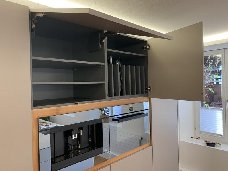 eine Küche von Späni AG Schreinerei und Innenausbau Schwyz, ausgerüstet mit Backblechunterteilung und Klappenbeschläge
