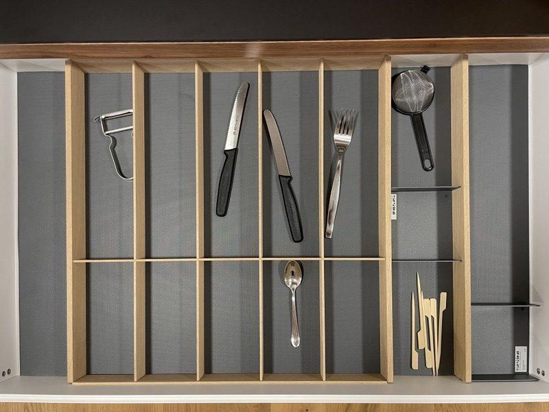 eine Küche von Späni AG Schreinerei und Innenausbau Schwyz, ausgerüstet mit Schublade mit fünfteiligem Besteckeinsatz