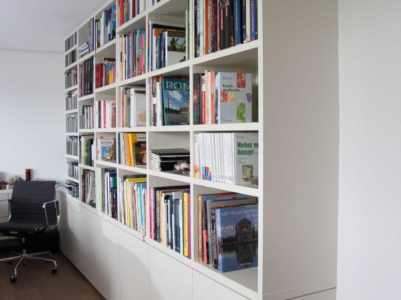 ein Bücherregal von Späni AG Schreinerei und Innenausbau Schwyz, montiert in Zürich