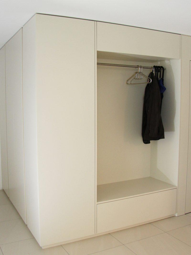 Garderobe mit Farblack von Späni AG Schreinerei und Innenausbau Schwyz