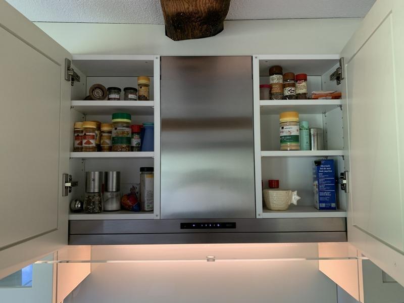 eine Küche von Späni AG Schreinerei und Innenausbau Schwyz, ausgerüstet mit Dampfabzug mit Gewürzeinsatz