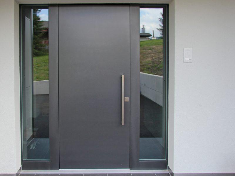 Eine Haustüre von Späni AG Schreinerei und Innenausbau montiert in Alpthal