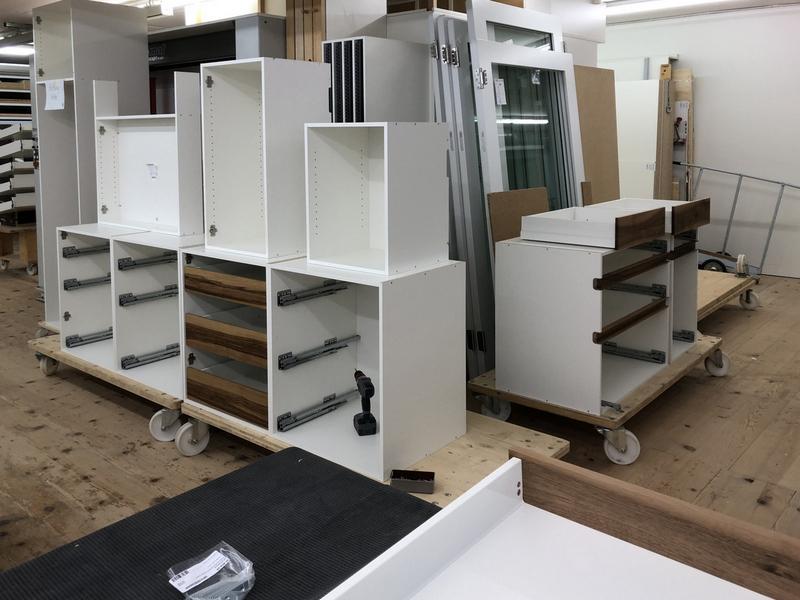Küchenmöbel mit Griffprofil in der Produktion der Späni AG Schreinerei und Innenausbau Schwyz