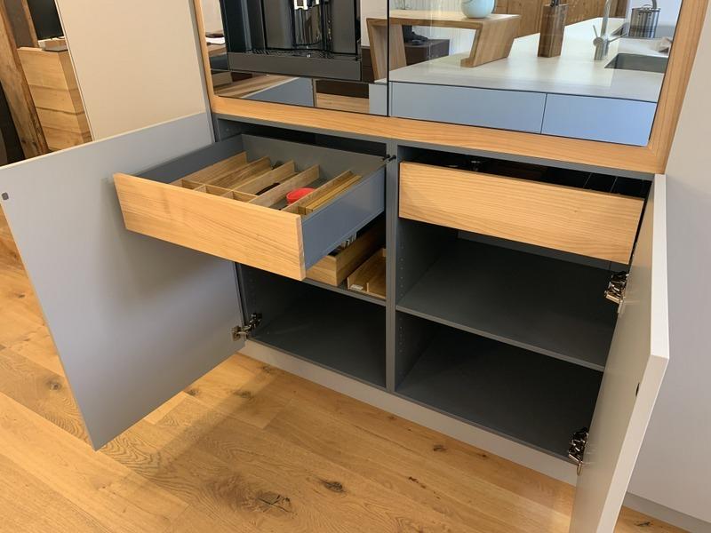 eine Küche von Späni AG Schreinerei und Innenausbau Schwyz, ausgerüstet mit Innenschubladen