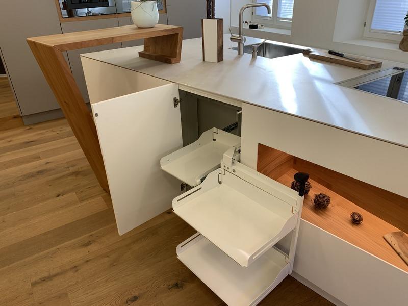 eine Küche von Späni AG Schreinerei und Innenausbau Schwyz, ausgerüstet mit Magic Corner (Eckauszug)