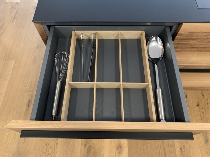 eine Küche von Späni AG Schreinerei und Innenausbau Schwyz, Schublade mit Materialeinsatz