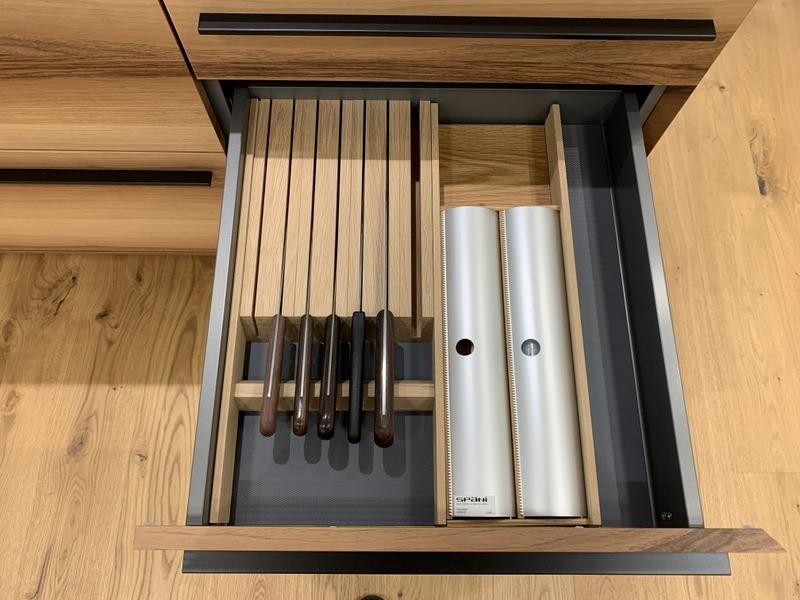 eine Küche von Späni AG Schreinerei und Innenausbau Schwyz, Schublade mit Messerblock