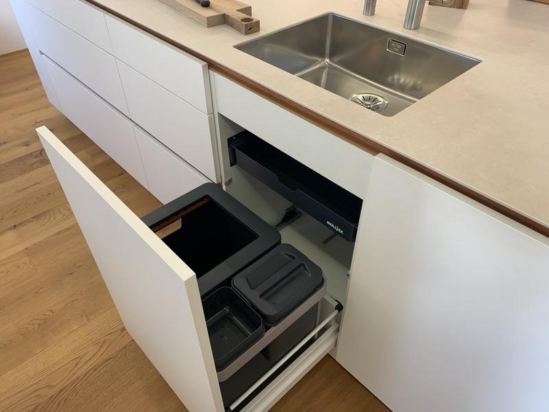 eine Küche von Späni AG Schreinerei und Innenausbau Schwyz mit Muellex (Abfallsystem)