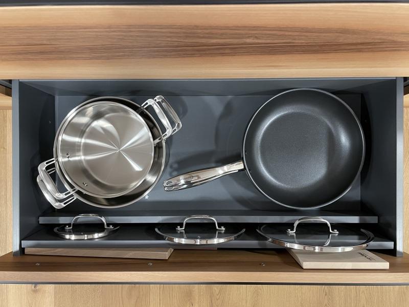 eine Küche von Späni AG Schreinerei und Innenausbau Schwyz, Schublade mit Pfanneneinsatz