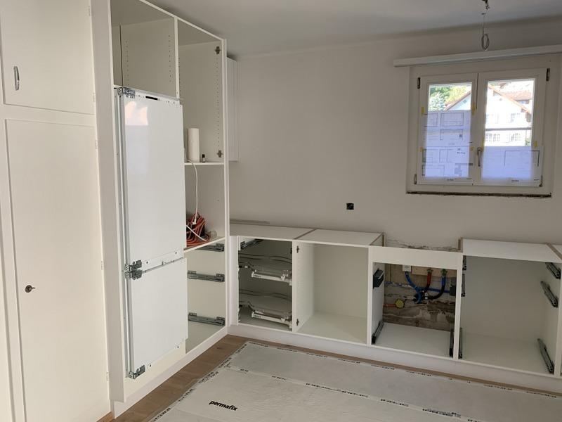 Umbau einer Küche in Schwyz durch Späni AG Schreinerei und Innenausbau. Neue Küche montieren.