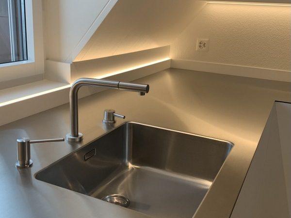 Wasserhahn höhenverstellbar und Spülbecken einer Küche von Späni AG Schreinerei und Innenausbau Schwyz